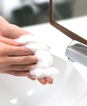 洗面台で手を洗う様子